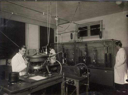 """Laboratorio de rayos X. Instituto Nacional de Física y Química hacia 1935. MECD, AGA, Fondo """"Medios de Comunicación Social del Estado"""""""